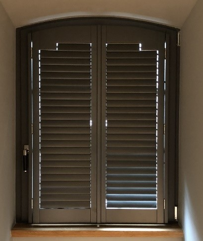 American Shutters in einem dunklem Ton mit Clearview